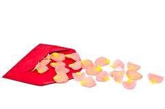 Enveloppe rouge de note de cadeau avec des lames de rose Photographie stock