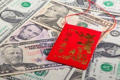 Enveloppe rouge typique de la Chine et argent des USA Image stock