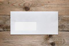 Enveloppe vide avec la fenêtre d'adresse sur la table photos libres de droits
