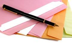 Enveloppen en pen Stock Fotografie