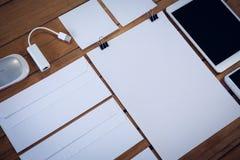Enveloppen met bureaulevering en technologieën Stock Foto