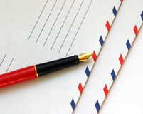 Enveloppen met de pen Stock Foto