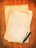 Enveloppen met scheermes als achtergrond royalty-vrije stock fotografie