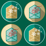 Enveloppenpictogrammen met sneeuwvlokken en confettien in vlakke stijl Stock Afbeeldingen