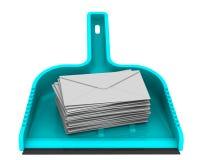 Enveloppes avec les messages non désirés sur le scoop Image libre de droits