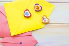 Enveloppes colorées pour des lettres d'amour Photographie stock