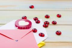 Enveloppes colorées pour des lettres d'amour Photos stock