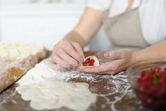 Enveloppes de boeuf haché de cuisinier cuites dans la pâte lisse Image libre de droits