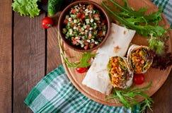 Enveloppes de Burritos avec du boeuf et les légumes hachés Images libres de droits