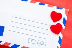 Enveloppes de courrier de vintage et coeur rouge Image stock