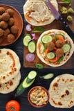 Enveloppes de Falafel avec des houmous et des veggies épicés photographie stock