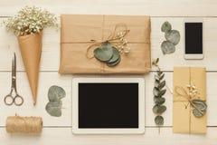Enveloppes de mariage sur la table en bois blanche Photographie stock libre de droits