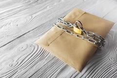 Enveloppes de Papier d'emballage avec des lettres et cadenas, chaîne sur le vieux fond en bois blanc Protection de votre courrier Photo libre de droits