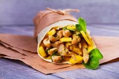 Enveloppes de poulet avec la mangue, le basilic et la menthe Burrito avec le poulet images stock