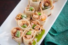 Enveloppes de style des sushi avec des pepperoni, des légumes et des écrous de poulet photographie stock