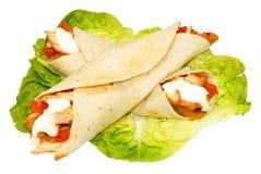 Enveloppes de tortilla remplies par poulet photographie stock