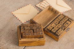 Enveloppes en bois d'alphabet et de vintage de timbres photographie stock libre de droits