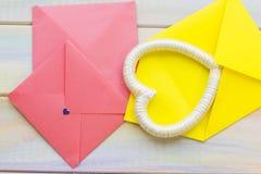 Enveloppes et cadre roses de coeur Photographie stock libre de droits