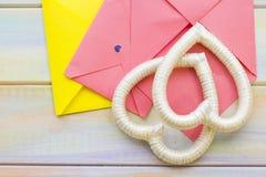 Enveloppes et cadres roses de coeur Photo stock