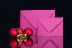 Enveloppes et décoration roses de Noël Photographie stock