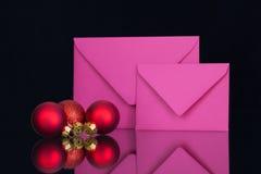 Enveloppes et décoration roses de Noël Image stock