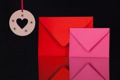 Enveloppes et décoration rouges et roses de Noël Photos libres de droits