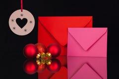 Enveloppes et décoration rouges et roses de Noël Image stock