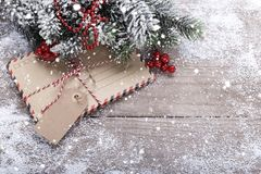 Enveloppes et décorations de Noël photos stock