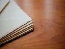 Enveloppes et papeterie sur le fond en bois de bureau de grain Photographie stock