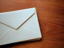 Enveloppes et papeterie sur le fond en bois de bureau de grain Photo stock