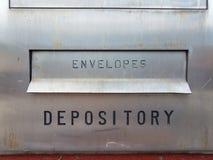 Enveloppes et signe de dépôt avec la fente sur le métal à la banque image stock
