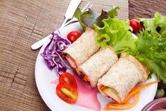 Enveloppes fraîches de pain de blé entier avec les légumes et le fruit sur le p image libre de droits
