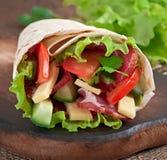 Enveloppes fraîches de tortilla avec de la viande image stock