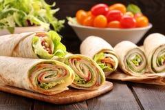 Enveloppes fraîches de tortilla avec du fromage et des légumes de jambon photographie stock
