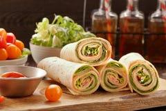 Enveloppes fraîches de tortilla avec du fromage et des légumes de jambon photo libre de droits