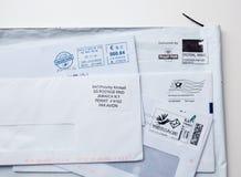 Enveloppes internationales de l'autre côté du monde Images stock