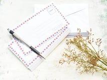 Enveloppes réalistes blanches de blanc avec le stylo photographie stock libre de droits