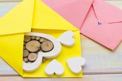 Enveloppes roses et coeurs en bois Image libre de droits