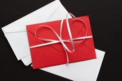 Enveloppes rouges et blanches, sur le fond noir photo libre de droits