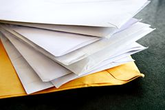 Enveloppes sur la table Photos libres de droits