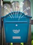 Enveloppes tirées par la main sortant d'une boîte aux lettres Photo stock