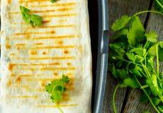 Enveloppes végétariennes de burritos avec les haricots, l'avocat et le fromage Photos libres de droits