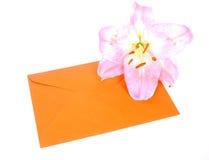Enveloppez avec la fleur image stock