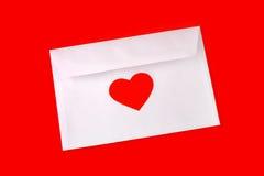 Enveloppez avec le coeur rouge Photographie stock libre de droits