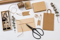 Enveloppez, des bo?tes, des labels et toute autre substance de bureau photos stock