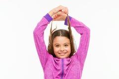 Enveloppez et allez Petite fille avec des cheveux de brune d'isolement sur le blanc Enfant adorable avec des cheveux enroul?s aut image libre de droits