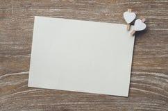 Enveloppez et page blanche photographie stock
