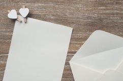 Enveloppez et page blanche photos stock