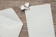 Enveloppez et page blanche photographie stock libre de droits