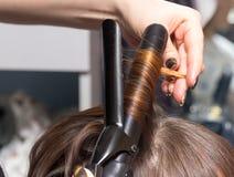 Enveloppez les cheveux dans un salon de beauté photographie stock